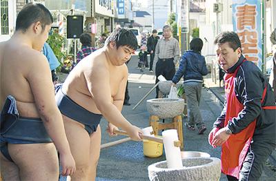 相撲部と力合わせ餅つき
