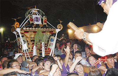 本神輿の渡御に大歓声