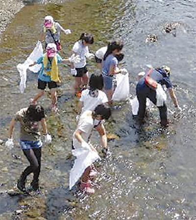 目久尻川でゴミ拾い