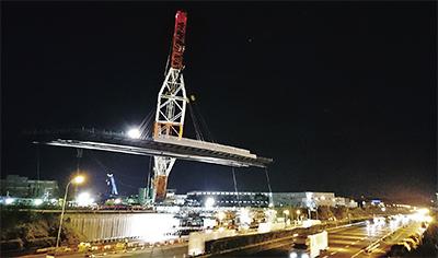 550トン軽々 綾瀬スマートIC