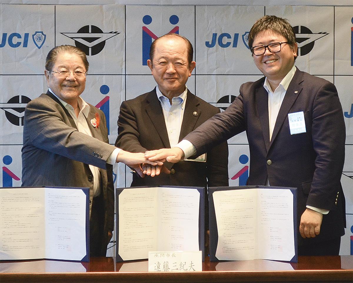 右から西野貴滋理事長、遠藤三紀夫市長、飛田昭会長