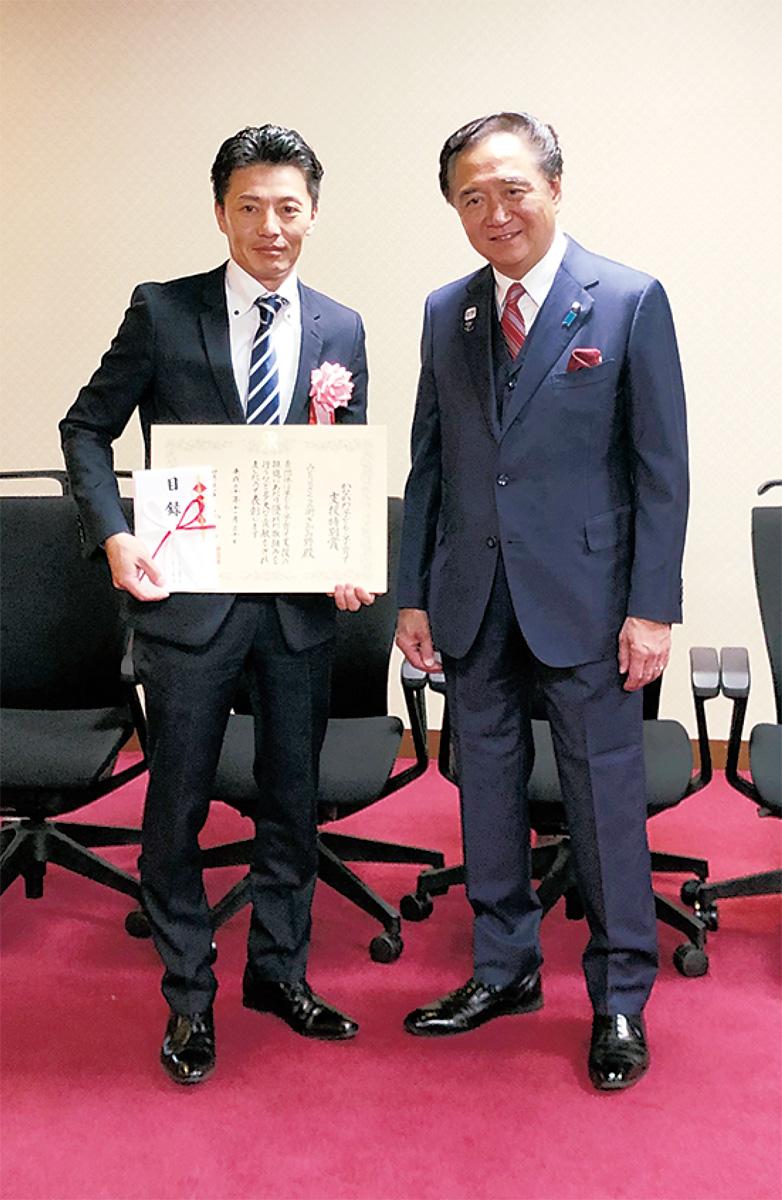 黒岩祐治県知事と賞状を手にする高波貴志会長(左)