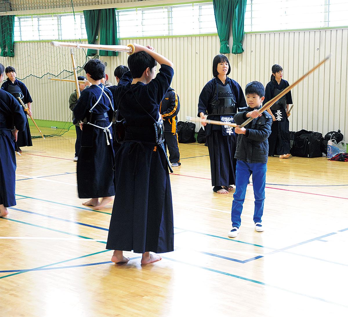 剣道部の練習を体験する小学生