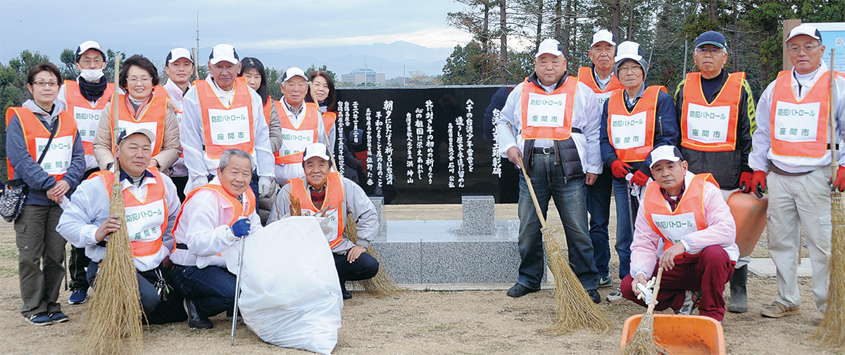 清掃作業を行った芹沢顕彰碑見守隊メンバー(12月22日、芹沢公園)