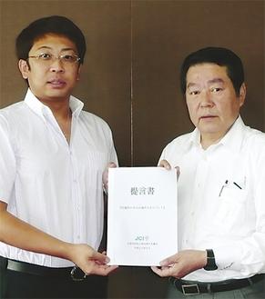 市長に提言書を手渡す佐藤進一郎理事長。愛川町と清川村にも訪問した