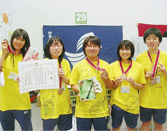 初出場初入賞の快挙に賞状やメダルを持って喜ぶメンバーたち(=8月7日、高知県)写真左から若林さん、程田さん、加藤さん、吉田さん、松岡さん