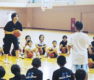 子どもたちにパスの仕方を教える中原さん(写真左)