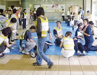 トリアージの模擬訓練を行う参加者たち