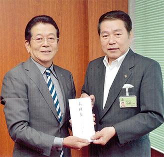 義援金を手渡す川添社長(左)