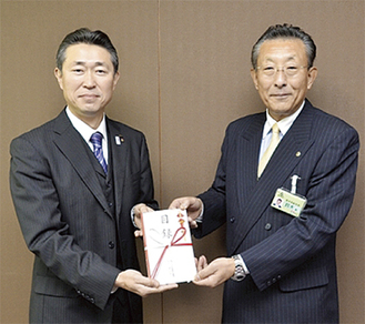 鈴木副市長に手渡す鈴木支部長(左)
