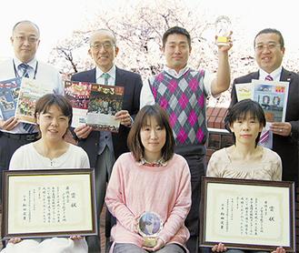 本部役員(後列)と広報委員会メンバー、井上桂校長(後列左から2人目)