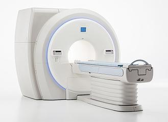 クリニックに導入されるMRI(磁気共鳴画像装置)