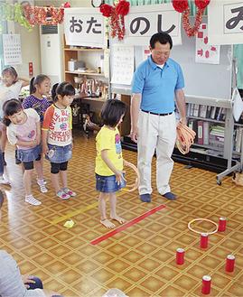 「お楽しみ会」で輪投げを楽しむ参加者
