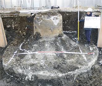 地中から見つかった旧煙突の基礎(市立病院提供)