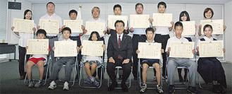 平井教育長と受賞者たち