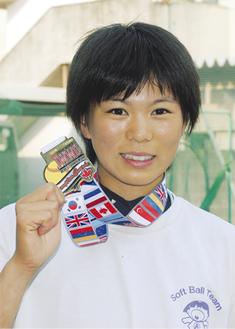 優勝メダルを手に笑顔の山口さん