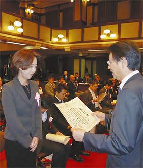 表彰を受ける安藤代表取締役(左)
