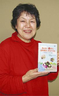 受賞作品を手にする田村理事長