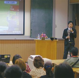 講演で義足について解説をする鈴木さん