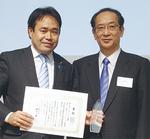 マニフェスト大賞表彰式で北川正恭審査委員長(右)と