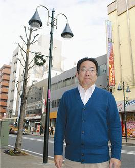 街路灯の前に立つ会長の和田哲夫さん