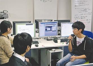 開発ゲーム内容の発表と経過報告をする学生たち