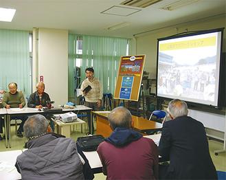日高さん(中央)の講演に熱心に耳を傾ける参加者たち