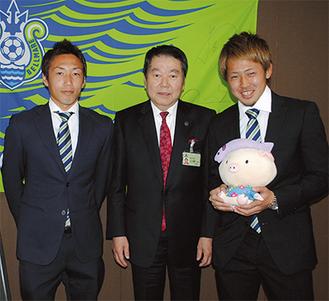 荒堀選手(左)と吉濱選手(右)が訪れた