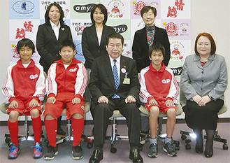 チームを代表して7人が市長を訪問