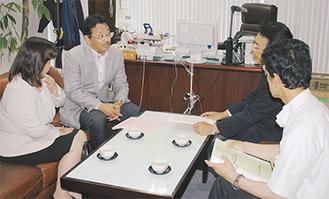 青木議長(左から2人目)らが訪れて渡した