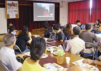 日高さんのボリビアからの生中継に耳を傾ける参加者