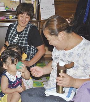 子どもの世話をする(左奥から)永島さんと井上さん