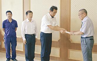 佐藤会長(右)に手渡す福沢さん