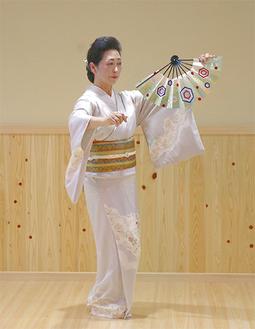 舞踊を奉納する千波朱永さん
