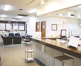 清潔感のある広い待合室