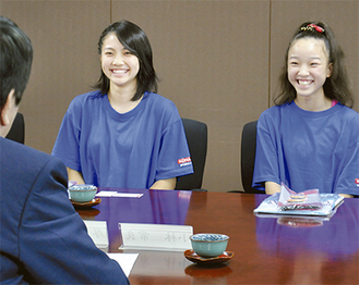 世界大会の様子を話す増田さん(左)と高橋さん