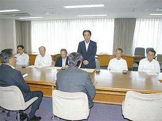 前方の小林市長に挨拶する佐々木会長