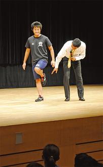 走り方を説明する高野さん(右)
