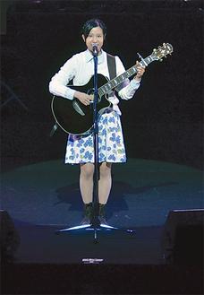 ステージで歌を披露する国丸さん