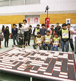 息をのんでロボットを見つめる参加者たち