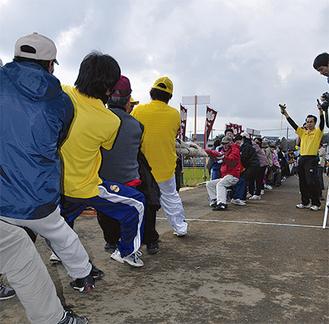 140メートルの大縄を必死で引く参加者