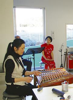 日中友好協会のメンバーと一緒に演奏会を行った林氏(左)