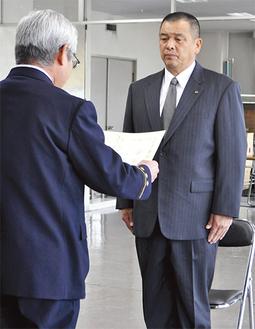 感謝状を受け取る片倉さん