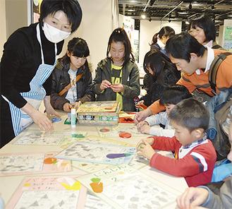 折り紙で野菜を作る参加者たち