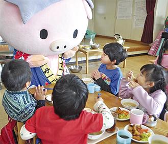 豚カツとあゆコロちゃんに夢中な子どもたち