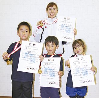 メダルと賞状を手に持つメンバー