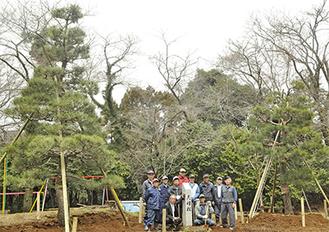 男松(左)・女松と植樹をしたメンバー