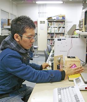 研究室で実験をする斉藤さん