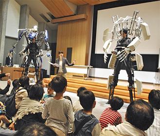 ロボットの登場に身をのりだす子どもたち