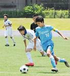 県予選決勝、ドリブルで相手を抜き去る主将の熊澤君(水色)=DREAMS提供